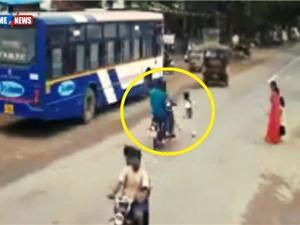Clip: Qua đường ẩu, bé trai gặp tai nạn nghiêm trọng