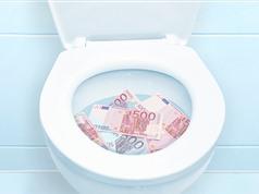 LẠ: Bỏ hơn 2,7 tỷ đồng vào bồn cầu làm tắc một loạt nhà vệ sinh