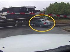 Clip: Kẹt giữa đường ray, ôtô bị tàu hỏa cuốn văng