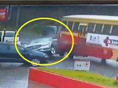 Clip: Xe Mercedes-Benz bị xe buýt tông nát phần đuôi