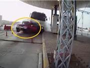 Clip: Xe tải húc nát chiếc bán tải tại trạm thu phí, 1 người tử vong