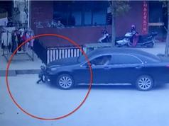 Clip: Chui gầm xe hơi, bé trai 2 tuổi vẫn thoát chết