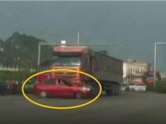 Clip: Cắt ngang đầu xe tải, ôtô bị kéo lê trên đường