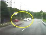 Clip: Taxi gây tai nạn vì tài xế chạy ẩu