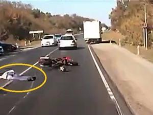 Clip: Vượt ẩu xe đi trước, người lái xe mô tô tử nạn