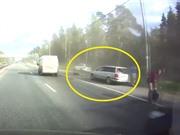 Clip: Xe Porsche Cayenne gây tai nạn vì tài xế chạy ẩu