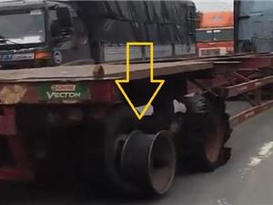 """Clip: Xe container nổ lốp vẫn chạy """"băng băng"""" trên đường"""