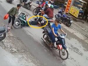 Clip: Bất ngờ ngã ra đường, nam thanh niên suýt bị cán ngang đầu