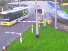 Clip: Tài xế liều lĩnh, xe buýt bị tàu tàu hoả tông