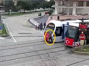 Bị tàu điện húc văng vì mải nghe điện thoại, Mercedes-Benz bị xe buýt tông nát phần đuôi