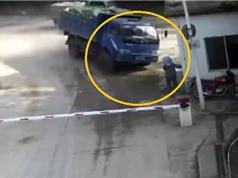 Clip: Xe ben mất lái, húc nát phòng bảo vệ