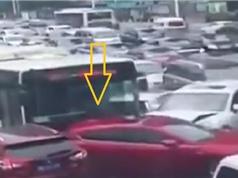 Clip: Xe buýt ủi hàng loạt ôtô đang chờ đèn đỏ