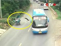 Clip: Xe khách tông xe 3 bánh khiến 1 người chết, 1 người bị thương