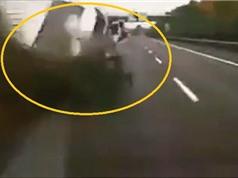 Clip: Vượt ẩu, chiếc van lật nhào giữa đường