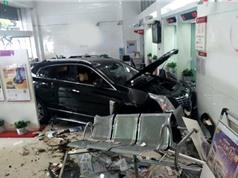 Clip: Tài xế đạp nhầm chân ga, xe hơi lao vào ngân hàng