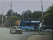 CLIP HOT NGÀY 7/10: Taxi nát đầu khi tông vào Lamborghini, xe tải kéo lê xe khách