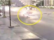 Clip: Tông vào siêu xe Lamborghini, taxi vỡ nát phần đầu