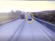 Clip: Toyota Land Cruiser chạy lấn làn, gây tai nạn liên hoàn khiến 1 người tử vong
