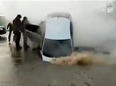 """Clip: Xe hơi lọt xuống """"hố tử thần"""" trên đường"""
