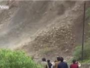 Clip: Lở đất như thác lũ lấp kín 100 mét quốc lộ ở Trung Quốc