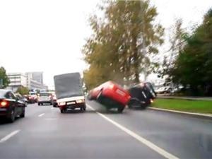 Clip: Tài xế chạy ẩu gây tai nạn nghiêm trọng