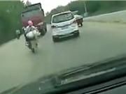 Clip: Vượt ẩu, xe máy đấu đầu xe ben