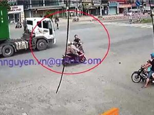 Clip: Nam thanh niên đầu trần, chạy cắt mặt container gây tai nạn tại Đồng Nai
