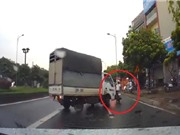 Clip: Xe tải mất lái, gây tai nạn cho xe máy tại Hà Nội