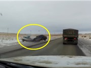 Clip: Tài xế vượt ẩu, xe hơi tông nhau nát đầu