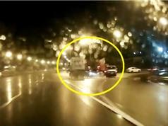 Clip: Phóng nhanh, phanh gấp, Ford Mondeo gặp tai nạn nghiêm trọng