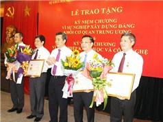Trao kỷ niệm chương Vì sự nghiệp xây dựng Đảng và Vì sự nghiệp KH&CN