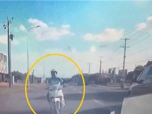 Clip: Vượt ẩu, ôtô tông người đi xe máy văng lên nắp capô ở Đồng Nai
