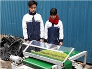 Hai học sinh chế tạo máy cắt rau mầm tự động