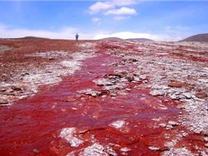 Giải mã bí ẩn hồ nước có màu đỏ như máu ở Chile