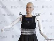 Nữ robot giống người nhất đi những bước đầu tiên