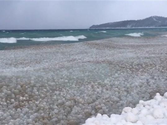 Hàng nghìn 'quả bóng băng' trôi nổi trên mặt hồ Mỹ