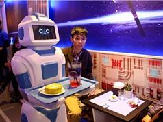 Tiếp viên robot trong quán cà phê Việt