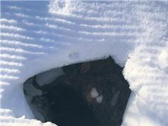 Mỹ: Thấy hố tuyết kỳ lạ, phát hiện điều thú vị bên trong