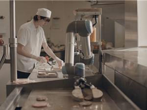 Robot Flippy nướng bánh ở chuỗi nhà hàng CaliBurger
