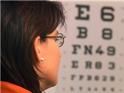 Dùng tia laser siêu nhanh điều trị bệnh cận thị