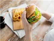 Khó mang thai nếu ăn nhiều đồ ăn nhanh và ít trái cây