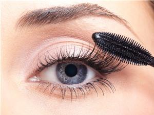 Không tẩy trang mascara đúng cách có thể dẫn đến mù lòa