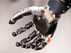 Người đầu tiên sống với cánh tay robot điều khiển bằng tâm trí