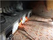 Bếp lò đun tạo nước nóng phục vụ học sinh bán trú vùng cao