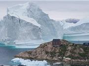 Núi băng trôi khổng lồ 11 triệu tấn cao vượt ngôi làng nhỏ ở Greenland