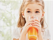 Trẻ nhỏ uống  quá nhiều nước ép trái cây sẽ có hại