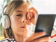"""Nghiên cứu: Trẻ em không suốt ngày """"dán mắt"""" vào màn hình điện thoại sẽ tư duy tốt hơn"""