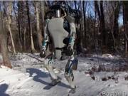 Robot chạy tự do và nhảy vượt chướng ngại vật y như người