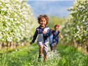 Khuyến khích trẻ em chơi ngoài trời để giảm nguy cơ cận thị