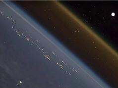 Ngỡ ngàng với cảnh phóng tên lửa lên không gian nhìn từ trạm vũ trụ ISS